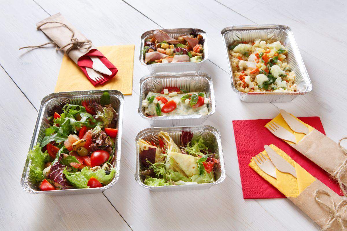 żywność w pojemnikach gastronomiczych